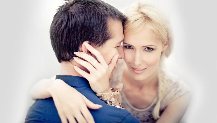 uśmiech kobiety po przytuleniu faceta